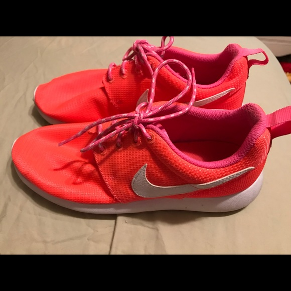 43b3e42ef6eb Nike Roshe Run in Bright Coral Pink. M 5a8f85fa6bf5a6e9b5340801